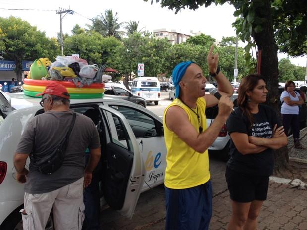 Servidores receberam alimentos em protesto em frente à Prefeitura (Foto: Keetherine Giovanessa/Ascom Sepe Lagos)