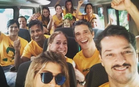 Marcelo Serrado, Márcio Garcia, Susana Vieira e amigos no ônibus que alugaram para ir até Copacabana (Foto: Reprodução Instagram)