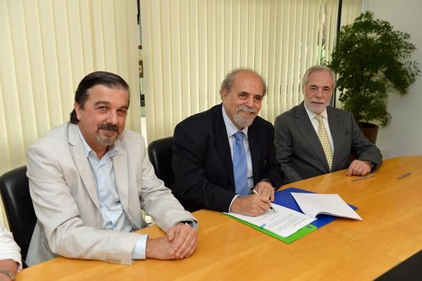 Hugo Barreto (Fundação Roberto Marinho), Marcos Mendonça (Fundação Padre Anchieta) e Gilberto Leifert (Globo) assinam convênio para exibição do Telecurso (Foto: Zé Paulo Cardeal/Globo)