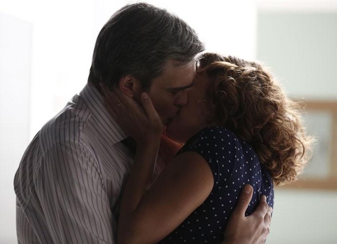 O beijo é inevitável aos dois (Foto: Inácio Moraes/Gshow)