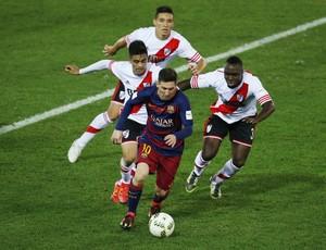 Messi seguido por três marcadores Barcelona x River Plate final Mundial de Clubes