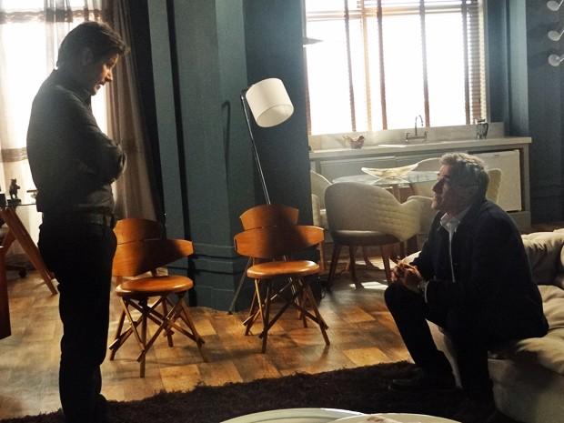 Jonas faz interrogatório com Aroeira  (Foto: Geração Brasil/ TV Globo)