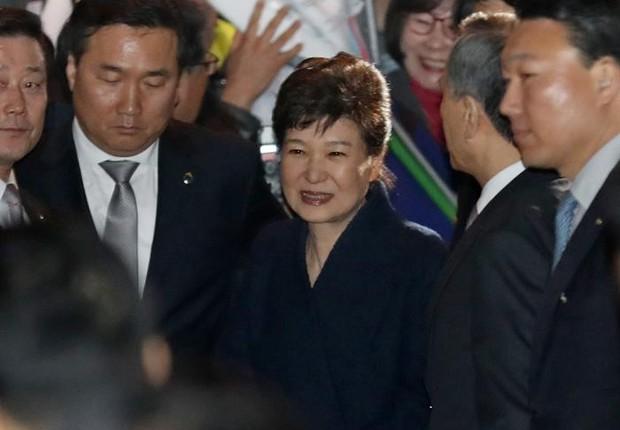 Park Geun-hye chega em sua casa após deixar a residência presidencial (Foto: EFE)