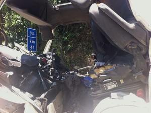 Interior da carreta ficou completamente destruído após acidente na Via Anchieta (Foto: Renan Fiuza / G1)