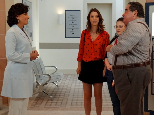Laura e Bia se deparam com confronto de Vicente e Adriana (Foto: Rodrigo Brisolla/ Gshow)