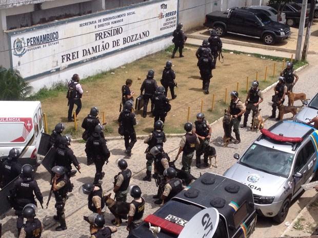 Batalhão de Choque foi acionado e está na frente do presídio Frei Damião de Bozzano (Foto: Kety Marinho/TV Globo)