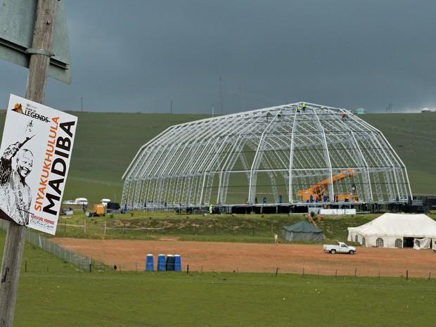 9/12 - Uma estrutura é construída em Qunu para o enterro de Mandela no dia 15 de dezembro. (Foto: Carl de Souza/AFP)