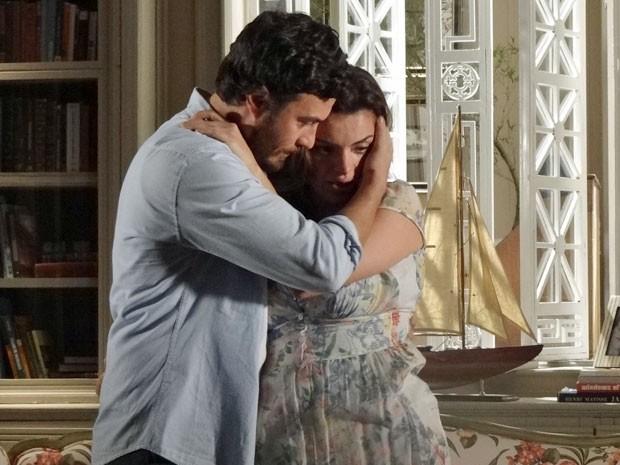 Elisa fica muito abalada ao ver o quadro do farol (Foto: Amor Eterno Amor/TV Globo)