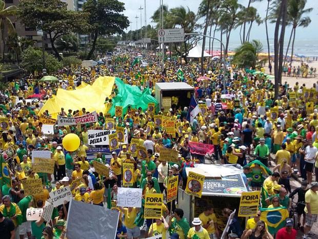 Concentração de manifestantes na Avenida Boa Viagem, no Recife (Foto: Katherine Coutinho / G1)