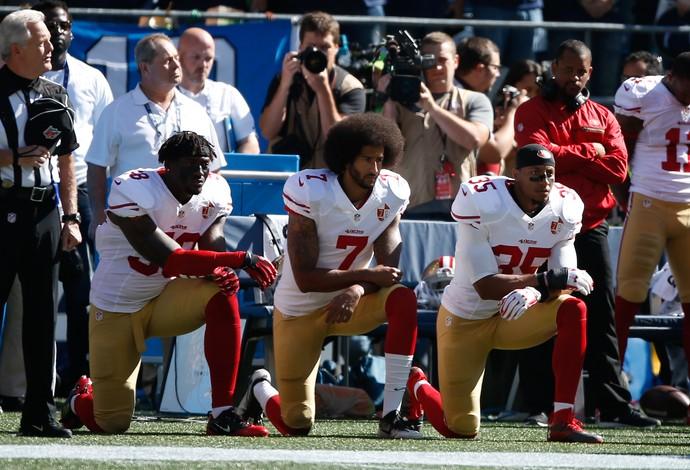 Colin Kaepernick repete protesto durante hino americano (Foto: Getty Images)