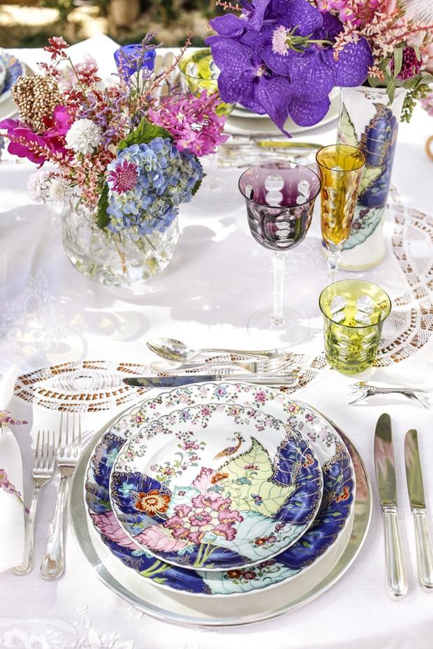 Aprenda a montar uma linda mesa com louças floridas (Foto: Julio Acevedo)