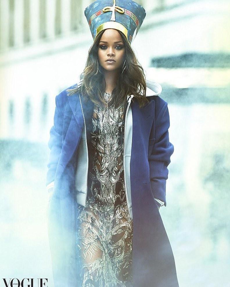 Rihanna posa à la rainha Nefertiti na Vogue Arábia (Foto: Divulgação)