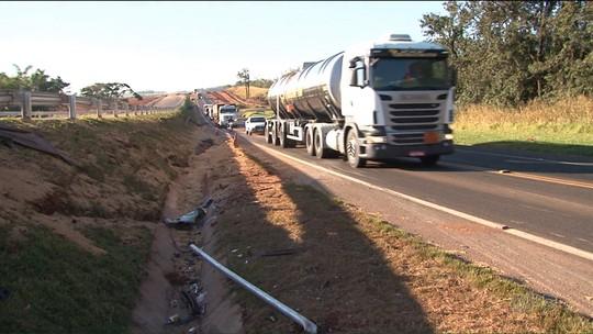 Caminhão carregado com soja tomba, atinge quatro carros e deixa cinco feridos na BR-376