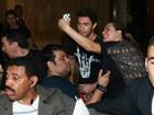 Joshua Bowman causa tumulto ao deixar hotel em São Paulo