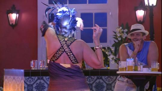 Ieda simula dançar com outra pessoa na Festa Rio de Janeiro