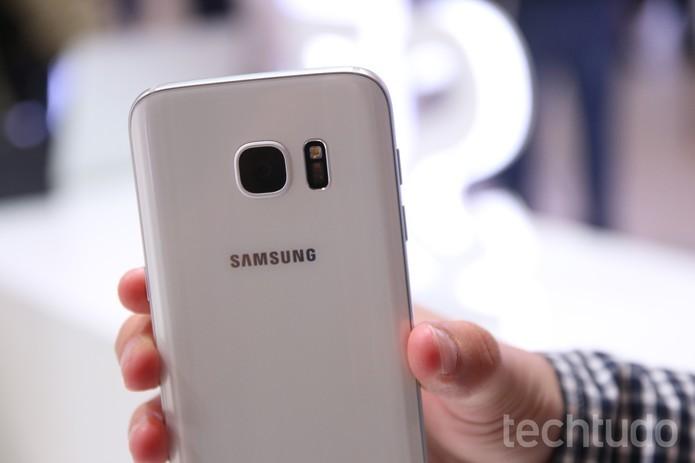 Câmera do Galaxy S7 possui flash LED (Foto: Fabrício Vitorino/TechTudo)