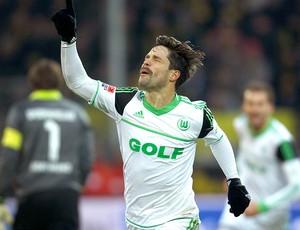 Diego comemora gol na partida do Wolfsburg contra o Dortmund (Foto: Reuters)
