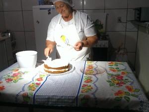 Ermelinda Borges participa do Festival Gastrônomico de Taquaruçu com o bolo de leite em pó com coco babaçu (Foto: Bernardo Gravito/G1 TO)