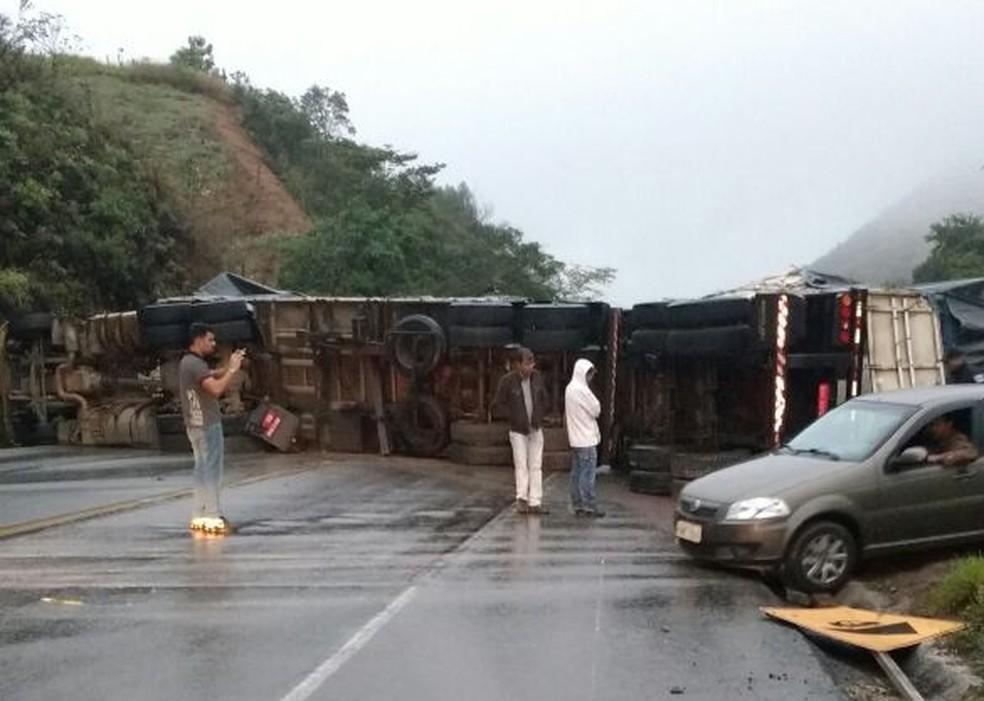 Trânsito segue interditado no local (Foto: PRF/ Divulgação )