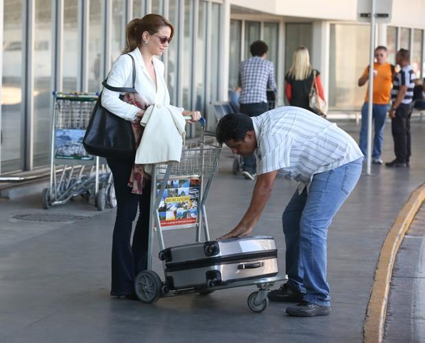 Cristina pede ajuda para pegar a mala (Foto: Pedro Curi / GShow)