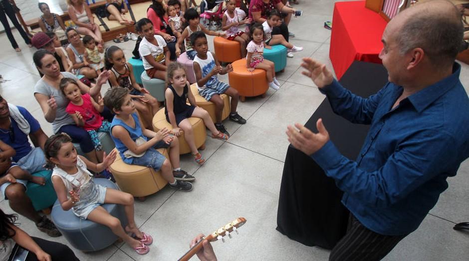 Dia de sol. Biblioteca Parque Villa-Lobos lotada na 'Hora do Conto'  (Foto: Estadão Conteúdo)