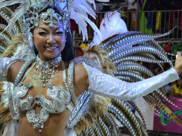 Rainha de bateria japonesa da Tradição Serrana (Foto: Mariana Carvalho/ G1)