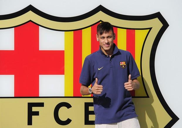 Neymar assina com o Barcelona (Foto: Josep Lago / AFP / Agência)