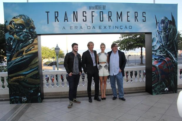 """""""Transformers: A Era da Extinção"""", com as presenças do diretor Michael Bay, do produtor Lorenzo di Bonaventura e os atores Jack Reynor e Nicola Peltz, na varanda do Hotel Copacabana Palace (Foto: Alex Palarea/AgNews)"""
