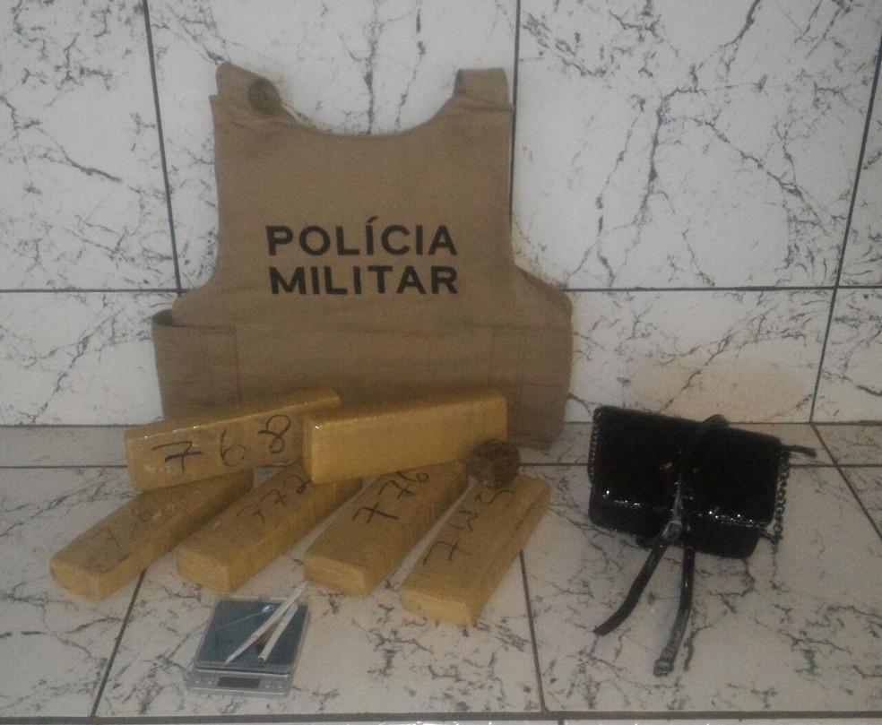 Casal foi flagrado com 5 kg de maconha (Foto: Polícia Militar/Divulgação)