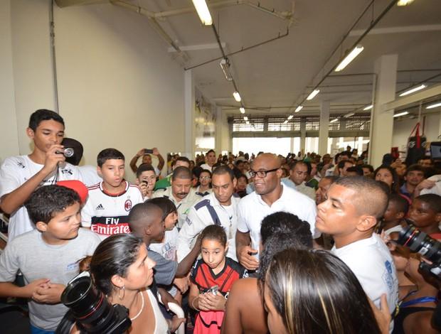 Anderson Silva em lançamento de escolinha na Rocinha (Foto: Marcelo Santos/SEEL)