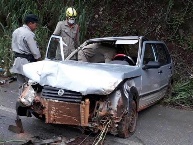 Veículo ficou destruído após saída de pista na GO-164, em Cidade de Goiás, Goiás (Foto: Divulgação/Corpo de Bombeiros)