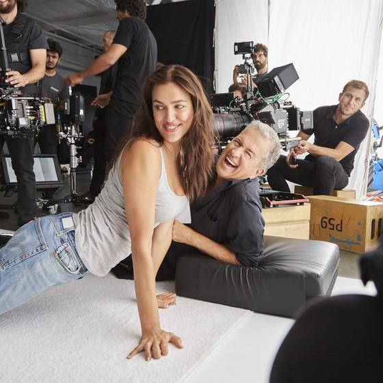 Irina Shayk e Mario Testino se divertem em um dos intervalos da sessão de fotos (Foto: Divulgação)