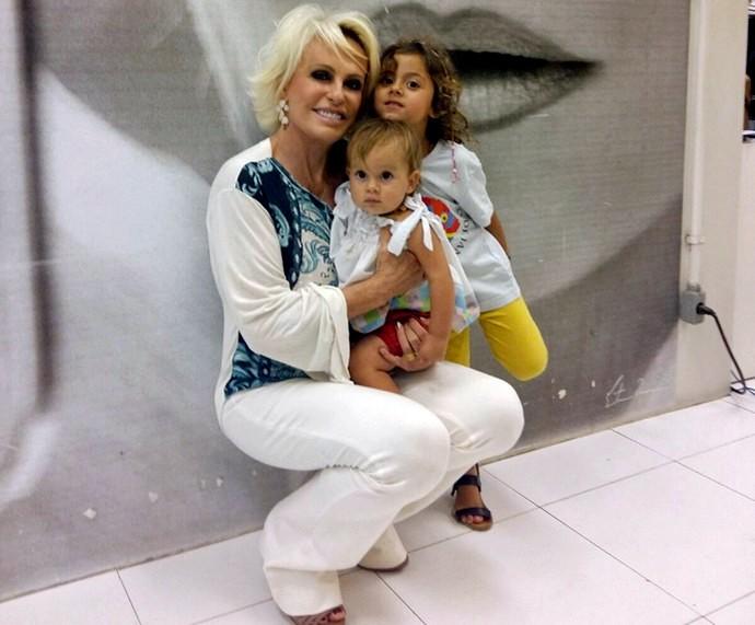 Ana Maria posa com suas netas em seu camarim na Globo (Foto: Ivo Madoglio/ TV Globo)