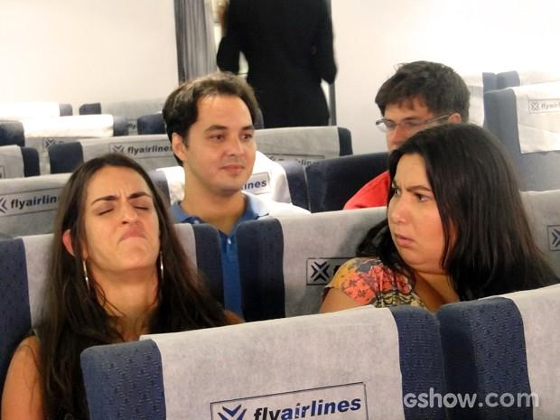 Selma embarca no avião e não passa bem (Foto: Além do Horizonte/TV Globo)