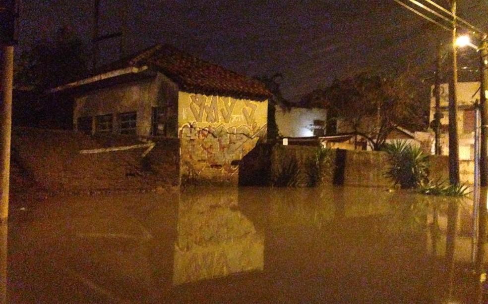 Ruas alagadas no bairro Humaitá após temporal ocorrido em junho deste ano (Foto: Estevão Pires/RBS TV)