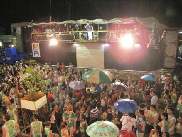 Festa leva multidão à principal avenida da cidade de Esperantina (Foto: Gil Oliveira/G1)
