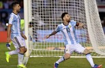Argentina sofre, joga mal,  mas vence Chile com gol  de pênalti de Lionel Messi (Juan Ignacio Roncoroni/EFE)