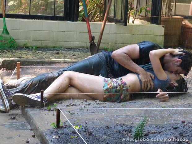 Olha o love na lama!!!! (Foto: Malhação / Tv Globo)