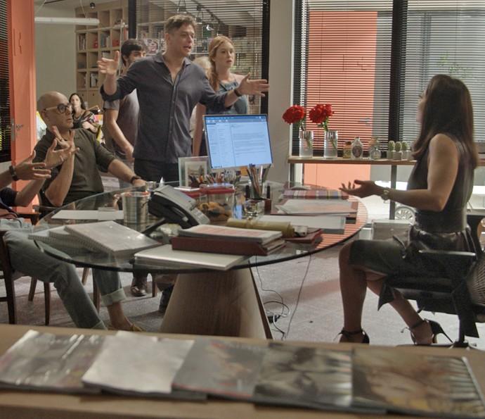 Carolina leva um susto ao ter sua sala invadida por Eliza, Arhur e Jonatas (Foto: TV Globo)