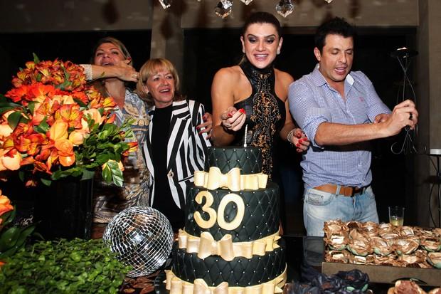 Mirella Santos canta parabéns ao lado do marido, da mãe e da irmã (Foto: Manuela Scarpa e Marcos Ribas/Foto Rio News)