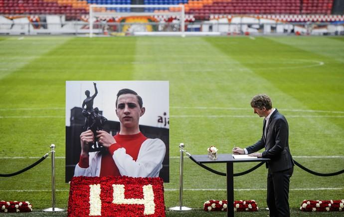 Edwin van der Sar, livro de condolências para Cruyff (Foto: Remko de Waal / ANP / AFP)