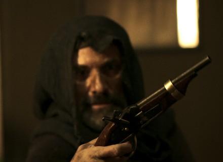 Mão de Luva atira em Rubião, mas sua arma falha