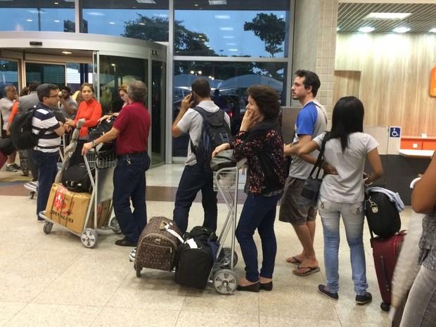 Passageiros que tiveram voo alterado para o Galeão aguardavam embarque em ônibus no Santos Dumont (Foto: Suelen Bastos / G1)