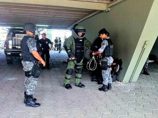 Grupamento Marte usou roupas para manuseio de artefatos explosivos em simulação de segurança para a Copa realizada em 2012, no Sambódromo de Manaus,  (Foto: G1 AM)