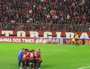 Jogadores do Atlético-PR na Vila Capanema (Foto: Fernando Freire)