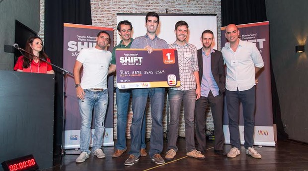 Equipe do Shopgram recebendo o primeiro lugar no desafio MasterCard Digital Commerce SHIFT  (Foto: Divulgação)