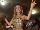 Andressa Urach deixa calcinha à mostra e exibe barriga estranha
