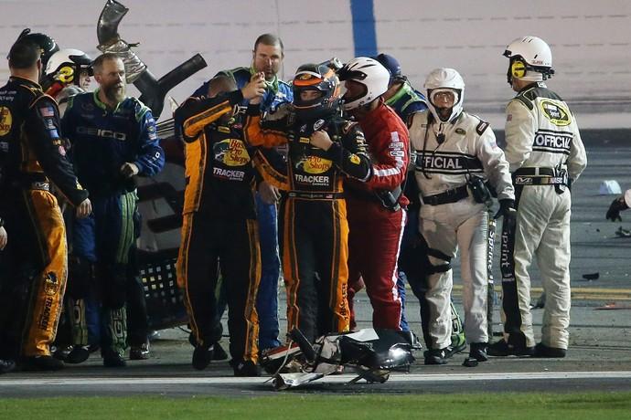 Austin Dillon sai de carro sem ferimentos e acena para a torcida em acidente da Nascar em Daytona (Foto: Getty Images)
