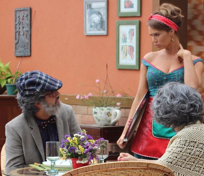 Tancinha serve os dois e diz que parece que os conhece (Foto: Karen Fideles/Gshow)