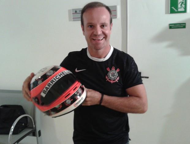 Rubinho posa com o capacete, ainda úmido por dentro (Foto: Rodrigo Faber/Globoesporte.com)